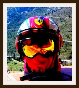 casque VTT transformé en casque d'entrainement pour le ski, fait avec un reste du drapeau en tissu utilisé sur le capot de la Fiat 500 SF (2 techniques, 2 applications, 2 savoir-faire, 2 vernissages, 2 finitions totalement différentes...)